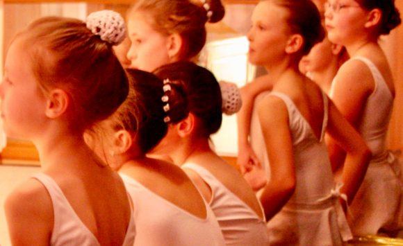 Du bist 7bis 10 Jahre und träumst davon, anmutig wie eine Ballerina zu tanzen?