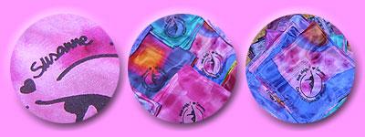 in pink-tönen gebatikte und mit dem Studio-Logo bemalte Seidentücher